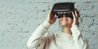 Digital Trends - Frau schaut durch VR Brille